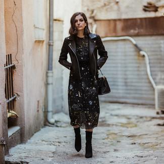Cómo combinar: bolsa tote de cuero negra, botines de elástico negros, vestido midi de estrellas negro, chaqueta motera de cuero negra