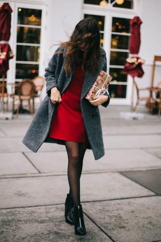 Cómo combinar: medias a lunares negras, botines de cuero negros, vestido recto rojo, abrigo en gris oscuro
