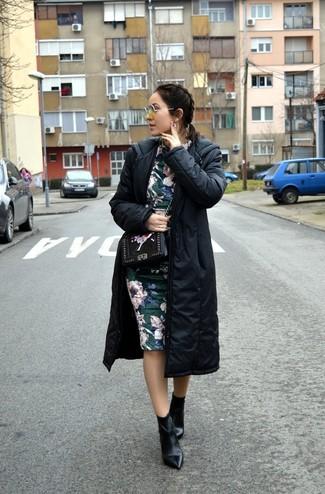Cómo combinar: bolso bandolera de cuero con print de flores negro, botines de cuero negros, vestido tubo con print de flores verde oscuro, abrigo de plumón negro