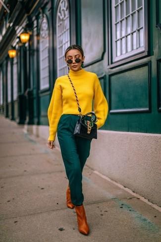 Cómo combinar: bolso bandolera de cuero negro, botines de cuero en tabaco, pantalón de pinzas verde oscuro, jersey de cuello alto amarillo
