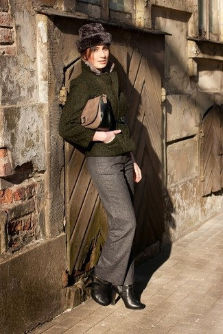 Cómo combinar: bolso de hombre de ante marrón, botines de cuero negros, pantalón de vestir de lana gris, chaqueta de tweed verde oscuro