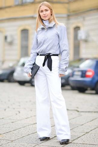 Cómo combinar: cartera sobre de cuero negra, botines de cuero con adornos negros, pantalones anchos blancos, camisa de vestir celeste