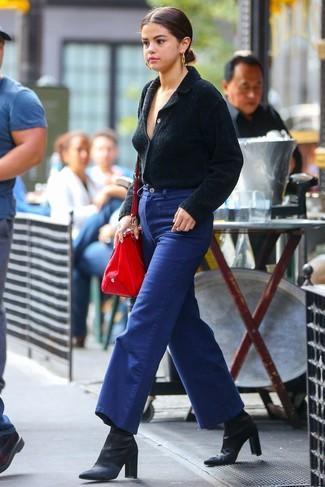 Cómo combinar: bolsa tote de cuero roja, botines de satén negros, pantalones anchos vaqueros azules, cárdigan con cuello chal negro