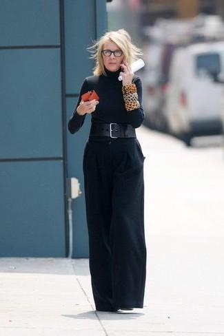 Combinar unos botines de cuero negros: Si buscas un look en tendencia pero clásico, casa un jersey de cuello alto negro junto a unos pantalones anchos negros. Botines de cuero negros son una opción práctica para completar este atuendo.