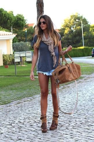 Cómo combinar: bolso deportivo de cuero marrón, botines de cuero en marrón oscuro, pantalones cortos vaqueros celestes, camiseta con cuello circular azul marino
