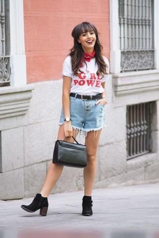 Cómo combinar: bolso de hombre de cuero negro, botines de ante negros, pantalones cortos vaqueros celestes, camiseta con cuello circular estampada en blanco y rojo