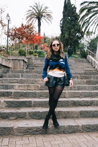 Cómo combinar: bolso bandolera de cuero negro, botines de ante negros, pantalones cortos de cuero negros, jersey con cuello circular estampado azul