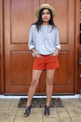 Cómo combinar: sombrero de paja marrón claro, botines de cuero con recorte en marrón oscuro, pantalones cortos naranjas, sudadera gris