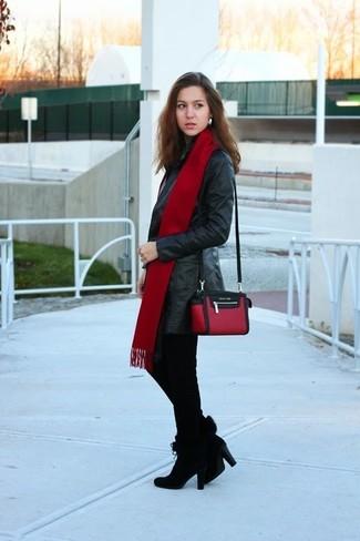 Cómo combinar: bolso bandolera de cuero en rojo y negro, botines de ante negros, pantalones pitillo de pata de gallo negros, gabardina de cuero negra