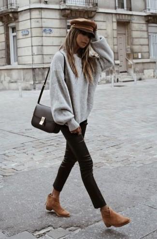 Cómo combinar: bolso bandolera de cuero en marrón oscuro, botines de ante marrón claro, pantalones pitillo de cuero negros, jersey oversized gris
