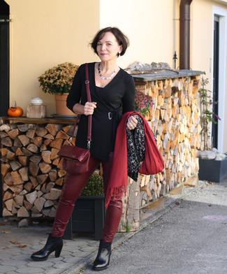 Cómo combinar: bolso bandolera de cuero burdeos, botines de cuero negros, pantalones pitillo de cuero burdeos, túnica negra