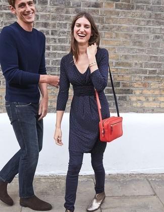 Cómo combinar: bolso bandolera de cuero rojo, botines de cuero plateados, pantalones pitillo azul marino, vestido recto a lunares azul marino