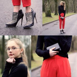 Cómo combinar: cartera sobre de cuero con tachuelas negra, botines de lentejuelas plateados, pantalones pitillo rojos, jersey de cuello alto negro