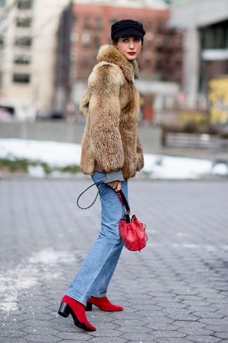 Cómo combinar: mochila con cordón de cuero roja, botines de ante rojos, vaqueros azules, abrigo de piel marrón