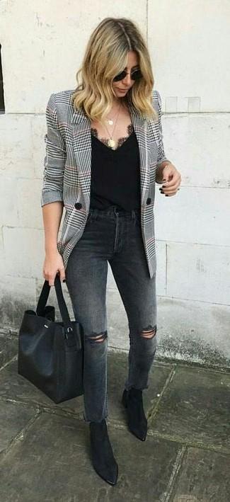 Look de moda: Bolsa tote de cuero negra, Botines de ante negros, Vaqueros desgastados en gris oscuro, Blazer de pata de gallo en blanco y negro