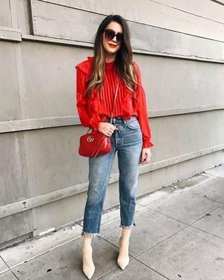 Cómo combinar: bolso bandolera de cuero acolchado rojo, botines de elástico en beige, vaqueros azules, blusa de manga larga con volante roja