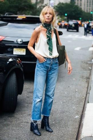 Cómo combinar: bolsa tote de cuero verde oliva, botines de cuero negros, vaqueros boyfriend azules, camiseta sin manga blanca