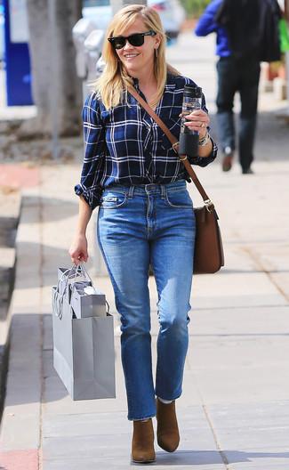 Look de Reese Witherspoon: Bolso bandolera de cuero marrón, Botines de ante marrónes, Vaqueros azules, Camisa de vestir de tartán en blanco y azul marino