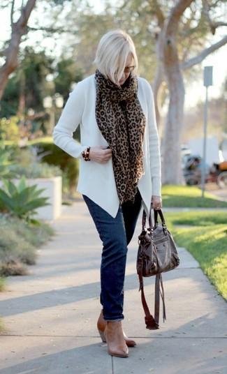Combinar una bufanda de leopardo marrón: Para un atuendo tan cómodo como tu sillón casa un cárdigan abierto blanco con una bufanda de leopardo marrón. Botines de cuero marrón claro son una opción muy buena para complementar tu atuendo.