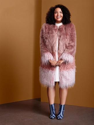 Combinar unos botines vaqueros: Ponte un abrigo de piel rosado y un vestido recto blanco para rebosar clase y sofisticación. Un par de botines vaqueros se integra perfectamente con diversos looks.