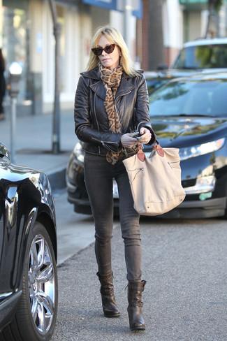 Cómo combinar: bolsa tote de lona marrón claro, botines de cuero negros, vaqueros grises, chaqueta motera de cuero negra