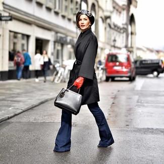 Cómo combinar: bolsa tote de cuero negra, botines de cuero negros, vaqueros de campana azul marino, abrigo negro