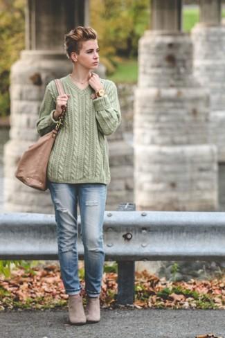 Cómo combinar: bolsa tote de cuero marrón claro, botines de ante grises, vaqueros desgastados celestes, jersey de ochos verde