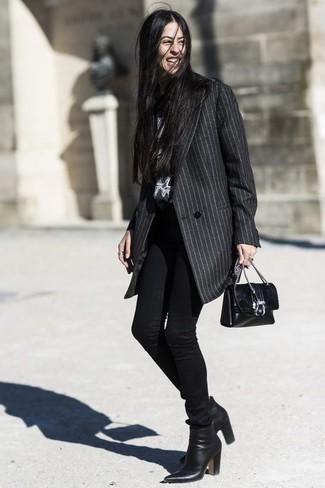 Cómo combinar: bolso bandolera de cuero negro, botines de cuero negros, vaqueros pitillo negros, abrigo de rayas verticales en gris oscuro
