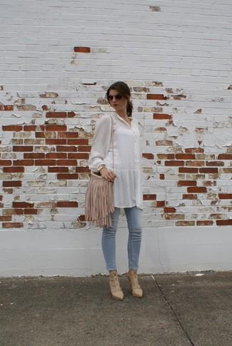 Cómo combinar: bolso bandolera de cuero сon flecos en beige, botines de cuero con recorte en beige, vaqueros pitillo celestes, blusa de botones blanca