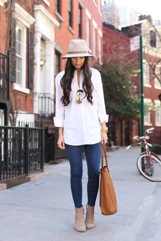 Cómo combinar: bolsa tote de cuero en tabaco, botines de ante en beige, vaqueros pitillo azules, camisa de vestir blanca