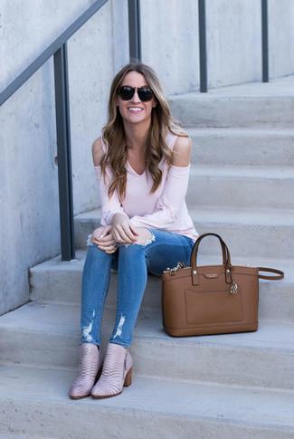 Cómo combinar: bolsa tote de cuero marrón, botines de cuero rosados, vaqueros pitillo desgastados azules, camiseta de manga larga rosada