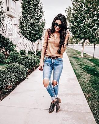 Cómo combinar: bolso bandolera de cuero rojo, botines de ante con tachuelas en marrón oscuro, vaqueros pitillo desgastados azules, camiseta henley marrón claro