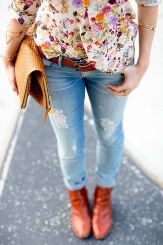 Cómo combinar: cartera sobre de cuero marrón claro, botines de cuero en tabaco, vaqueros pitillo desgastados celestes, camiseta henley con print de flores blanca
