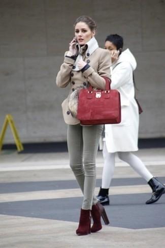 Cómo combinar: bolsa tote de ante roja, botines de ante burdeos, vaqueros pitillo grises, chaquetón en beige