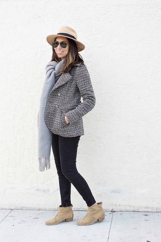Cómo combinar: sombrero de lana marrón claro, botines de ante marrón claro, vaqueros pitillo negros, chaquetón en blanco y negro