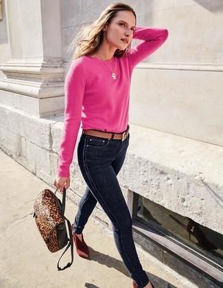 Cómo combinar: mochila de cuero de leopardo en marrón oscuro, botines de ante burdeos, vaqueros pitillo azul marino, jersey con cuello circular rosa