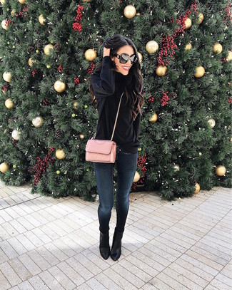 Cómo combinar: bolso bandolera de cuero acolchado rosado, botines de cuero negros, vaqueros pitillo azul marino, jersey de cuello alto de terciopelo negro