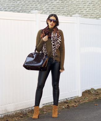 Combinar una bufanda de leopardo marrón: Mantén tu atuendo relajado con un jersey de cuello alto verde oliva y una bufanda de leopardo marrón. Botines de ante marrón claro son una opción incomparable para completar este atuendo.