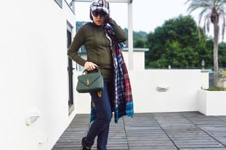 Cómo combinar: bolso bandolera de cuero verde oliva, botines de nubuck negros, vaqueros pitillo azul marino, jersey de ochos verde oliva