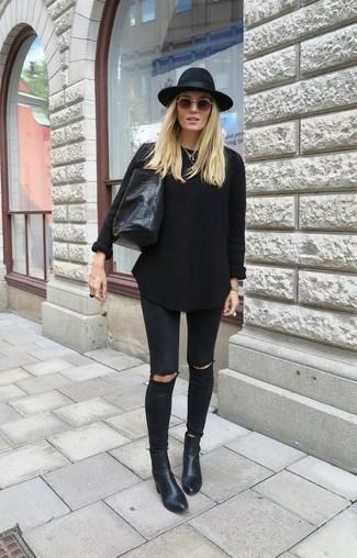 Cómo combinar: bolsa tote de cuero negra, botines de cuero negros, vaqueros pitillo desgastados negros, jersey oversized negro