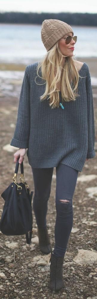 Cómo combinar: bolsa tote de cuero negra, botines de ante con tachuelas negros, vaqueros pitillo desgastados en gris oscuro, jersey oversized de punto en gris oscuro