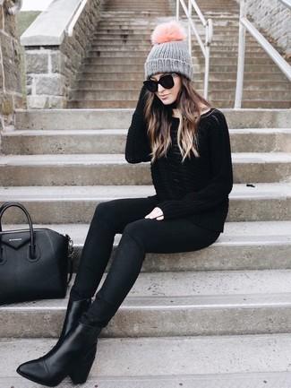 Cómo combinar: bolsa tote de cuero negra, botines de cuero negros, vaqueros pitillo negros, jersey oversized negro