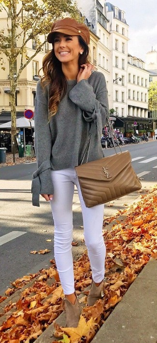 Cómo combinar: bolso bandolera de cuero acolchado marrón, botines de ante marrónes, vaqueros pitillo blancos, jersey oversized gris