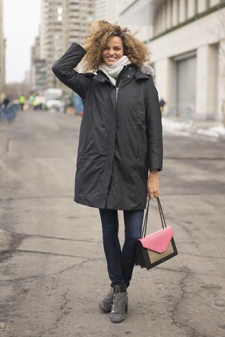 Cómo combinar: bolso de hombre de cuero rosado, botines de ante grises, vaqueros pitillo azul marino, parka en gris oscuro