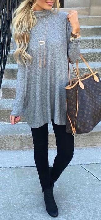Cómo combinar: bolsa tote de cuero estampada en marrón oscuro, botines de ante negros, vaqueros pitillo negros, vestido jersey gris