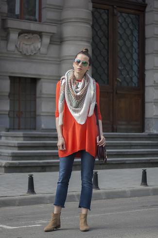 Cómo combinar: bolso bandolera de cuero morado oscuro, botines de ante marrón claro, vaqueros azules, vestido jersey naranja