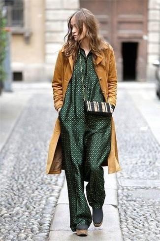 Cómo combinar: bolso bandolera de cuero en negro y blanco, botines de ante gruesos verde oscuro, mono a lunares verde oscuro, abrigo mostaza