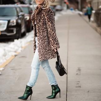 Cómo combinar: cartera de cuero negra, botines de cuero verde oscuro, vaqueros desgastados celestes, abrigo de piel de leopardo marrón claro