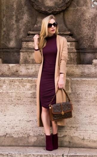 Cómo combinar: bolso de hombre de cuero estampado en marrón oscuro, botines de ante burdeos, vestido ajustado burdeos, cárdigan largo marrón claro