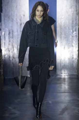 Cómo combinar: cartera de cuero negra, botines de cuero negros, vestido ajustado con volante negro, chaqueta vaquera negra